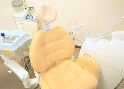 診療チェアはサイドにクッションがあり、患者様の負担を軽減します。
