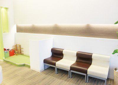待合室です。キッズスペースも併設しておりますので、お子様連れの患者様も安心です。