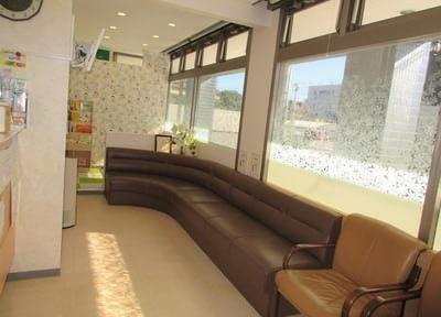 待合室です。診療開始までソファにお掛けになってお待ち下さい。