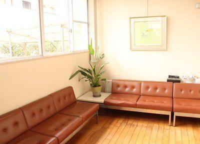 ゆったりとスペースを取った待合室です。