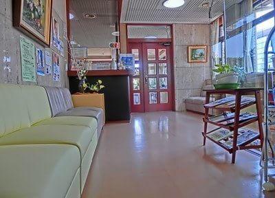 広い待合室です。診療までこちらでお待ちください。