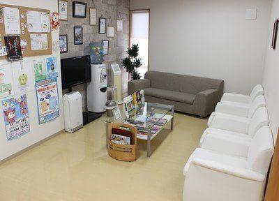 待合室です。快適なソファで、ごゆっくりおくつろぎくださいませ。