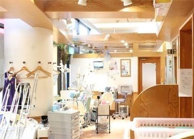 木目の美しい診療室です。リラックスして治療が受けられます。