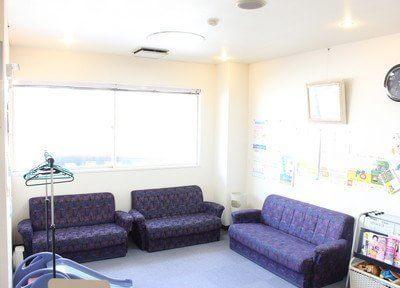待合室には大きなソファがありますので、リラックスしてお待ちいただけます。