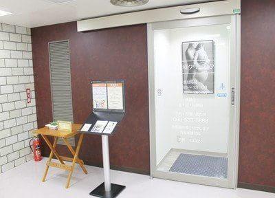 入口です。毎日西部会館の2Fにあります。