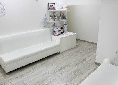 待合室は白を基調としています。
