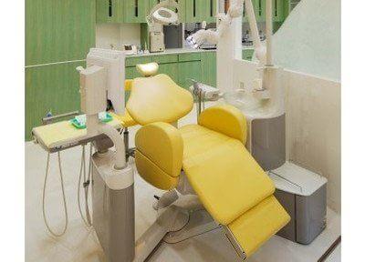 黄色がおしゃれな診療チェアです。