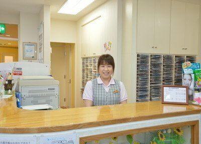 受付です。スタッフが笑顔でお迎えしますので診察券のご提示をお願いします。