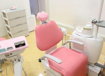 診療チェアです。ピンク色の可愛らしいデザインです。