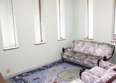 待合室です。ソファーにお掛けになり、診療までリラックスしてお過ごしください。