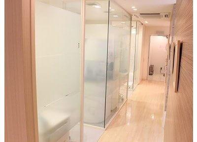 シンプルな個室の診療室なのでプライバシーも保護できます。