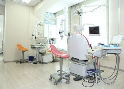 診療スペースです。窓に面した開放的な空間です。