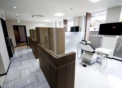 診療室は白を基調とした清潔感ある院内です。