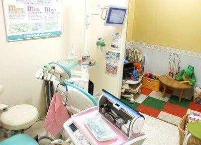 診療チェアからキッズスペースを見ることができるため、お子様連れの親御様も安心して治療を受けられます。