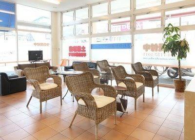 待合室のおしゃれな椅子に座り、ゆったりとお過ごしください。