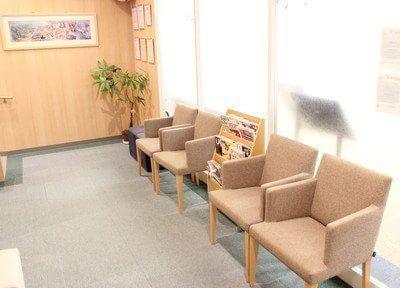 待合室は木目を活かした内装になっています。