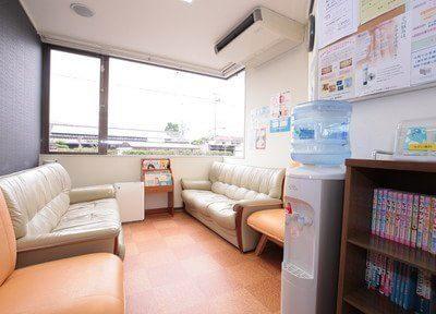 待合室は雑誌などもご用意しておりリラックスできる空間です。