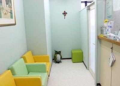 待合室ではこちらのソファにお掛けになってお待ち下さい。