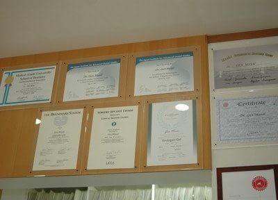 院内には認定証などが多数飾られています。