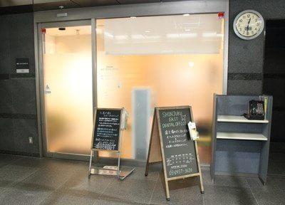 医院の入り口です。西早稲田駅3番出口から徒歩3分の新宿ラムダックスビル1Fにございます。