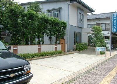 藤本歯科医院の外観です。駐車場も完備しております。