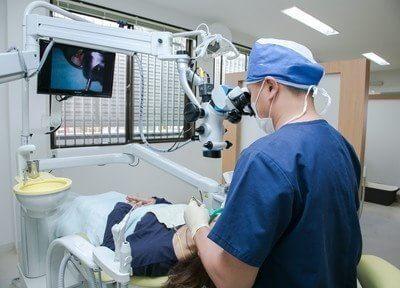 マイクロスコープを使用した治療風景です。