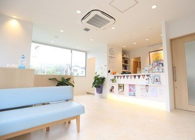 待合スペースは白を基調とした明るい雰囲気です。初めに受付カウンターまでお問い合わせください。