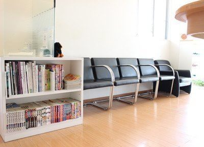 待合室は雑誌などもご用意しております。待ち時間にご覧下さい。