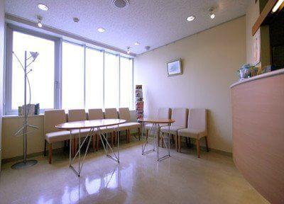 おしゃれな待合室で診療前後はお待ちください。雑誌などもご自由にご覧いただけます。