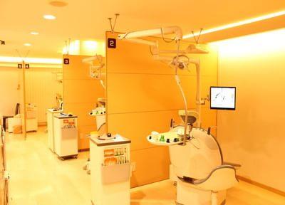 診療室です。半個室になっておりますので、患者さん同士気になさらず、診療が受けられます。