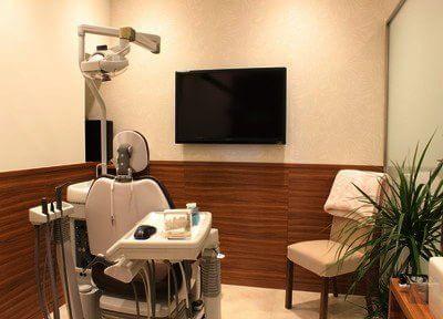 ウッド調の診療室には観葉植物が置いてあり、落ち着いた雰囲気です。