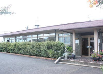 山本歯科医院の外観です。駐車場も完備しています。