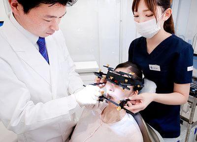 噛み合わせや歯並びを矯正するのは治療の基本。矯正前に虫歯や歯周病の治療をします