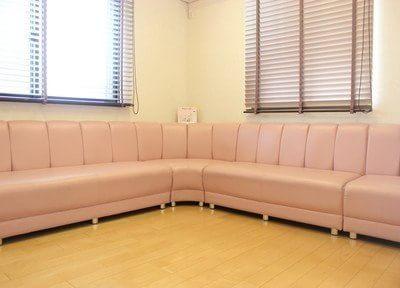 待合室にはふかふかなソファーがあります。リラックスできます。