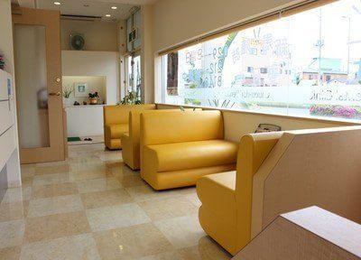 待合室には向かい合って座れるソファを設置しております。