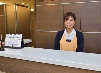 受付のスタッフが患者様を笑顔でお迎えいたします。