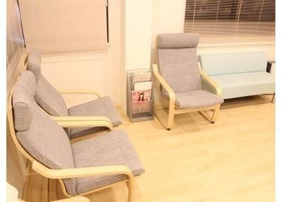 ゆったりとした椅子がある待合室でお待ちください。