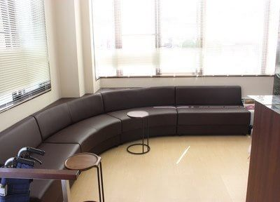 ゆったりとしたソファでお待ちの間、寛ぎください。