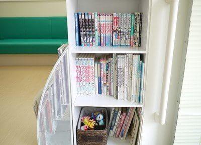 待合室には豊富に本を置いています。ご利用ください。