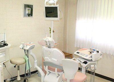 診療室です。明るい光が差し込む空間です。リラックスしていただけます。