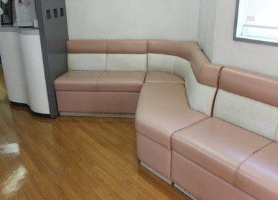 待合室には、ウォーターサーバーもございます。診療までしばらくお待ちください。