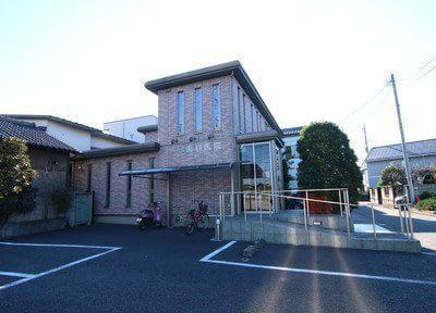 吉野歯科医院の外観です。駐車場も完備しています。