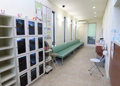 待合室です。衛生管理に取り組み、スリッパの殺菌をしています。