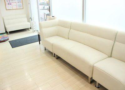 待合室では長いソファーにお掛けになってお待ち下さい。