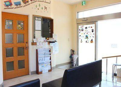 待合室にある受付です。元気いっぱいのスタッフがお待ちしています。