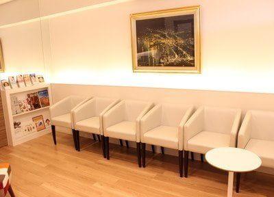 待合室は落ち着ける雰囲気です。リラックスしてお待ちいただけます。