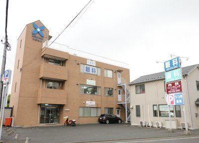 さいとう歯科のある建物外観です。駐車場は40台まで駐車可能です。