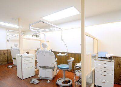 診療室です。診療スペースを広く取ってあるので快適に治療を受けられます。