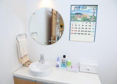 洗面台です。診療前後のブラッシングや化粧直しなどにご利用下さい。