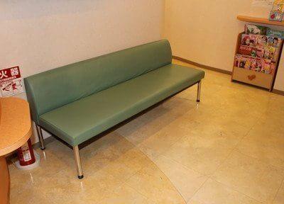 待合室にはソファーがございます。こちらでお待ちください。
